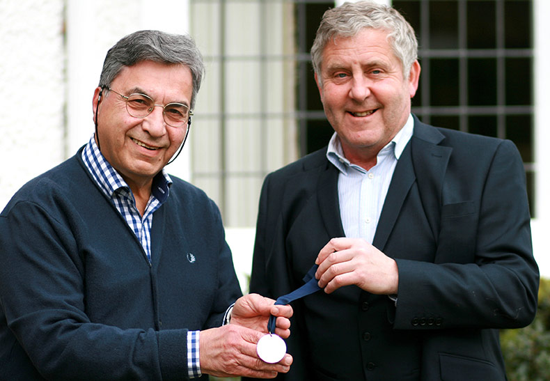Dr Peter Boffa presenting President's medal to Mr Kambiz Hashemi